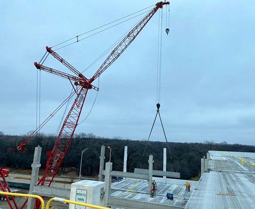 MLC300 lifting piece onto Chicago's Mile Long Bridge