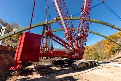 MLC300 Crawler Erects New Pittsburgh Bridge Deck